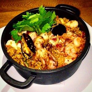 foto de plato de arroz con mariscos